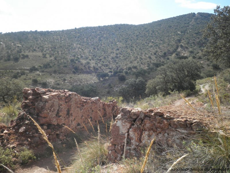 Al fondo, el gran plano inclinado motor visto desde la vía minera que lleva a la mina